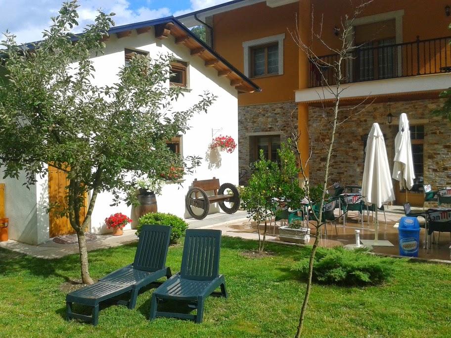 albergue_de_peregrinos_Sarracin_Vega_de_Valcarce_jardin