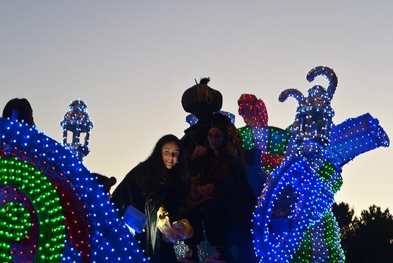 Sus Majestades los Reyes Magos de Oriente pasean por la ciudad en el tradicional desfile 25