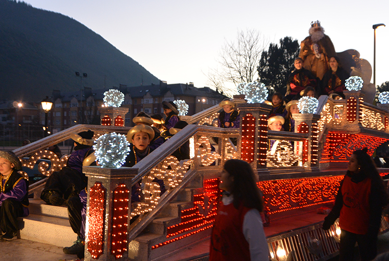 Sus Majestades los Reyes Magos de Oriente pasean por la ciudad en el tradicional desfile 19
