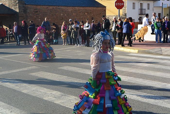 Álbum de fotos: El sol acompaña al Carnaval de Cubillos del Sil 7