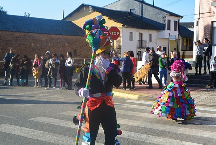 Álbum de fotos: El sol acompaña al Carnaval de Cubillos del Sil 8