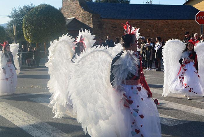 Álbum de fotos: El sol acompaña al Carnaval de Cubillos del Sil 12