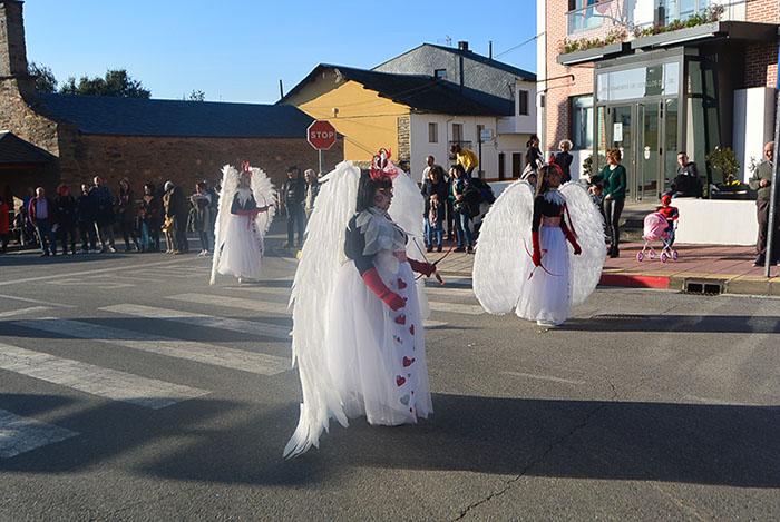 Álbum de fotos: El sol acompaña al Carnaval de Cubillos del Sil 14