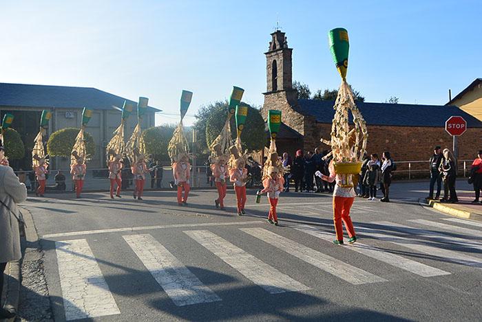 Álbum de fotos: El sol acompaña al Carnaval de Cubillos del Sil 15