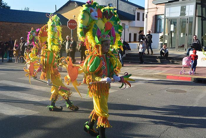 Álbum de fotos: El sol acompaña al Carnaval de Cubillos del Sil 21
