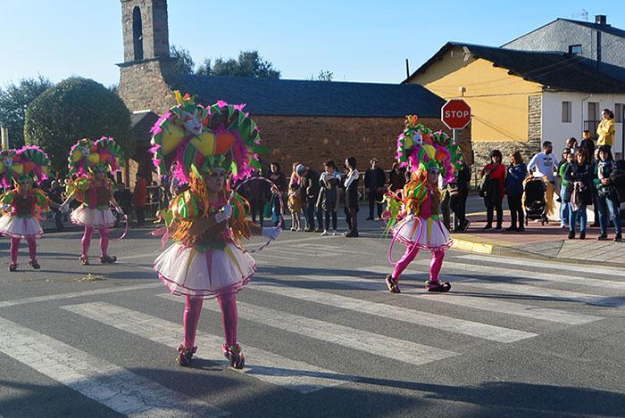 Álbum de fotos: El sol acompaña al Carnaval de Cubillos del Sil 22