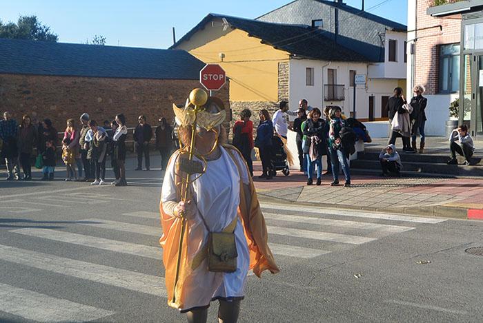 Álbum de fotos: El sol acompaña al Carnaval de Cubillos del Sil 26