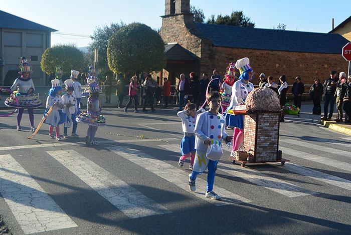 Álbum de fotos: El sol acompaña al Carnaval de Cubillos del Sil 27
