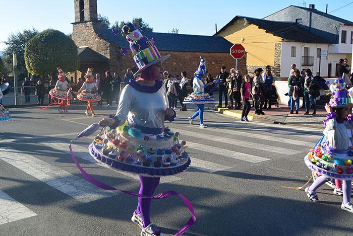 Álbum de fotos: El sol acompaña al Carnaval de Cubillos del Sil 28