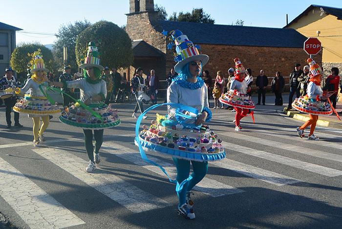 Álbum de fotos: El sol acompaña al Carnaval de Cubillos del Sil 29