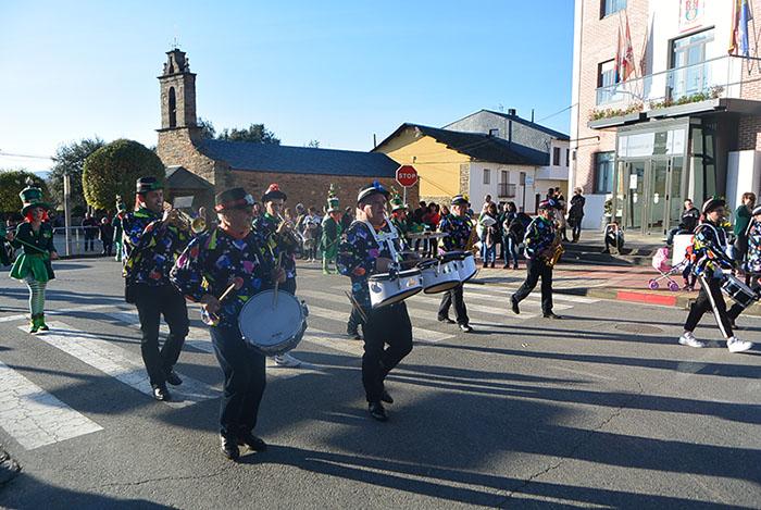 Álbum de fotos: El sol acompaña al Carnaval de Cubillos del Sil 31