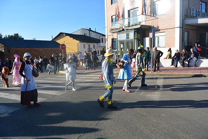 Álbum de fotos: El sol acompaña al Carnaval de Cubillos del Sil 39