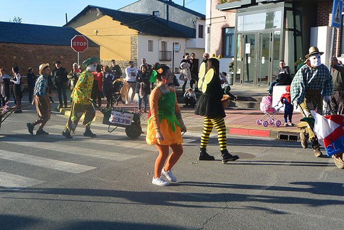 Álbum de fotos: El sol acompaña al Carnaval de Cubillos del Sil 41