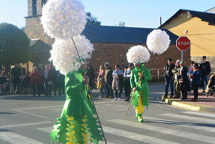 Álbum de fotos: El sol acompaña al Carnaval de Cubillos del Sil 46