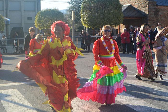 Álbum de fotos: El sol acompaña al Carnaval de Cubillos del Sil 47
