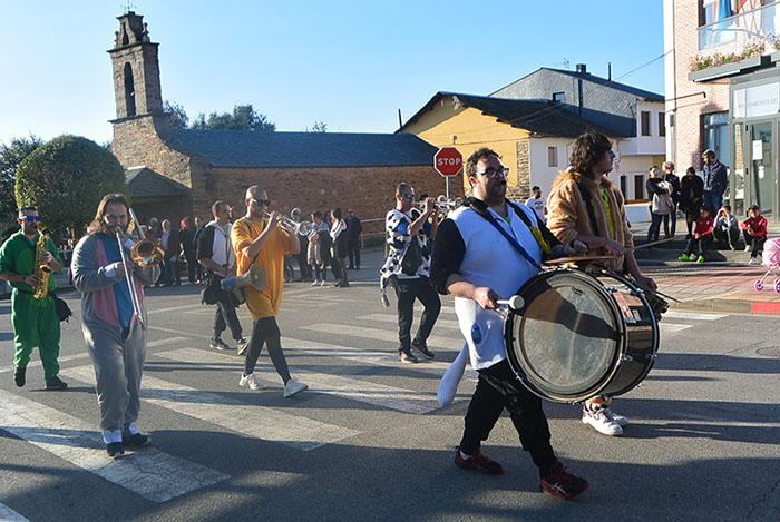 Álbum de fotos: El sol acompaña al Carnaval de Cubillos del Sil 49