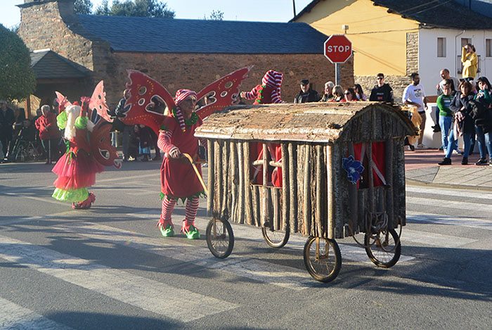 Álbum de fotos: El sol acompaña al Carnaval de Cubillos del Sil 50